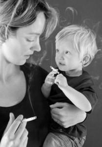 Курит кормящая мать