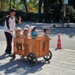 Японский детский садик на прогулке