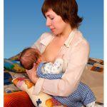 Ребенок висит на груди